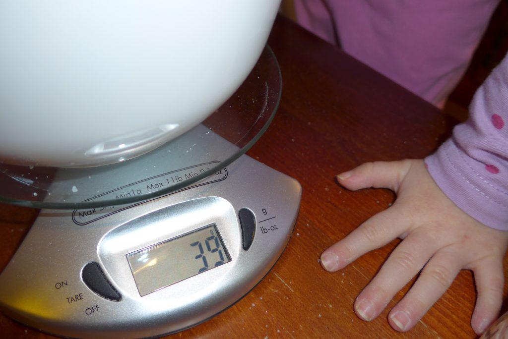 Ważenie składników babeczek