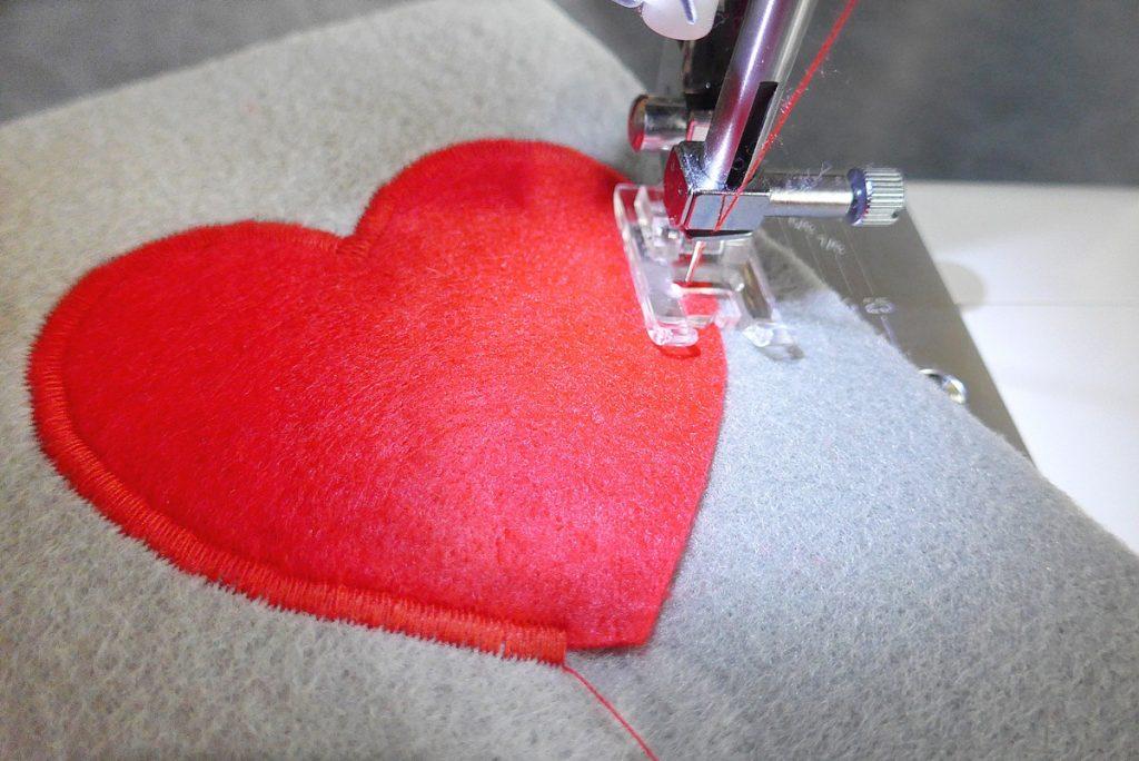 Przyszywanie serca za pomocą ściegu satynowego, czyli gęstego zygzaka.