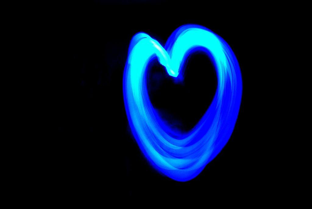 Serce malowane światłem za pomocą długiego czasu naświetlania i latarki