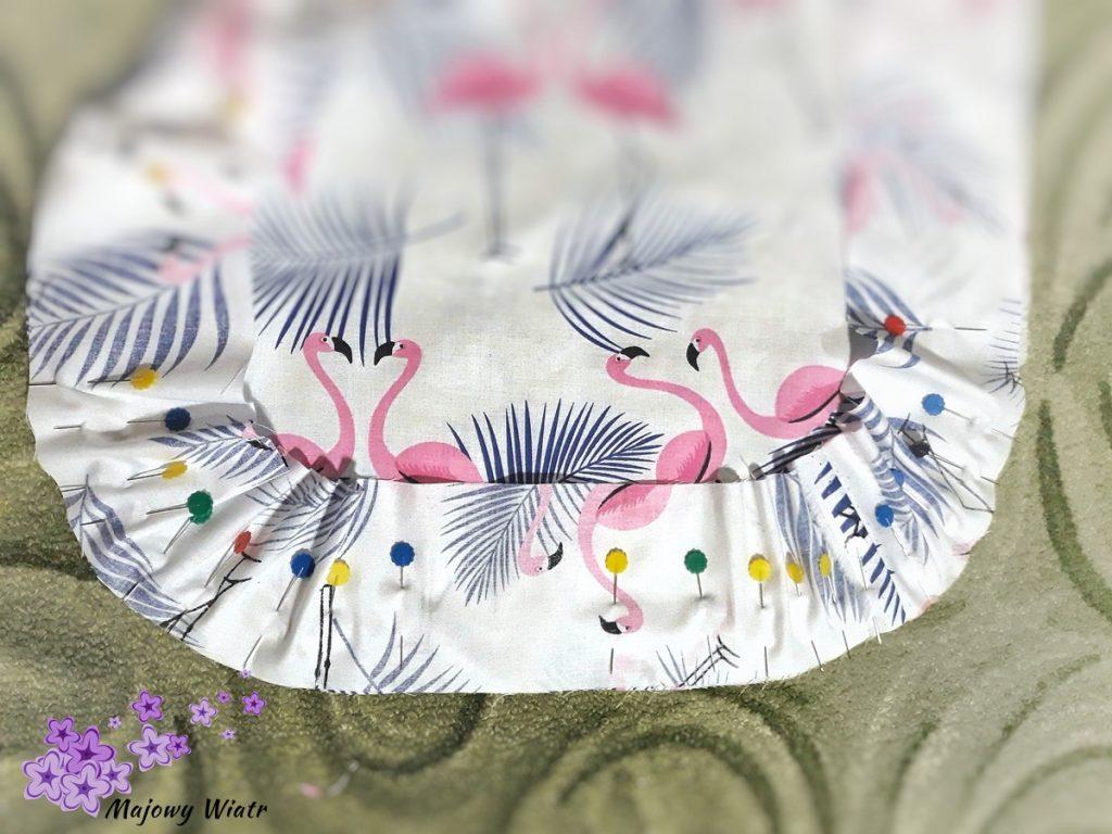 Układanie lamówki na zaokrąglonych rogach poduszki ciążowej