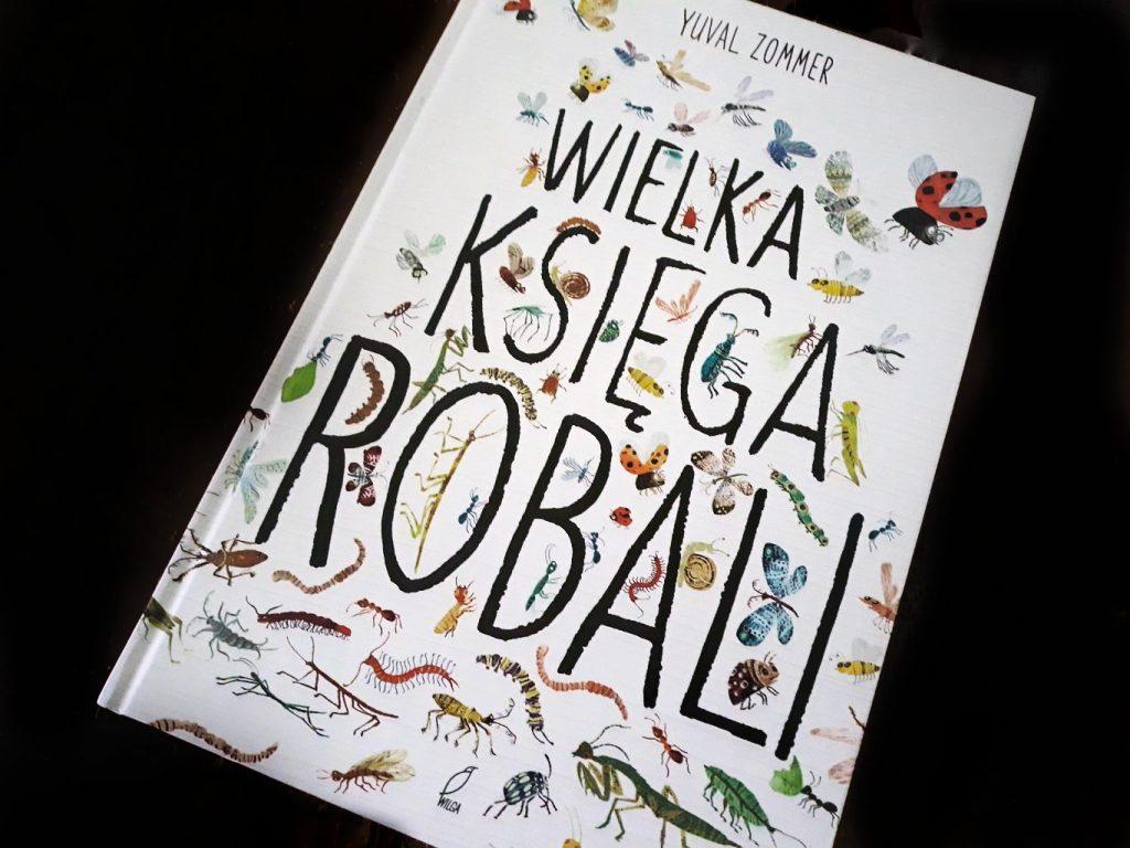 """Zdjęcie przedstawia okładkę książki """"Wielka księga robali"""". Okładka jest biała. Poza napisem widać na niej narysowane przeróżne robale."""
