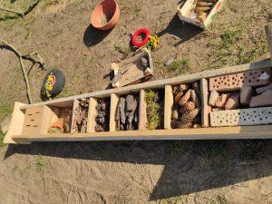 Domek dla owadów został uzupełniony naturalnymi materiałami - korą, szyszkami, mchem, sianem